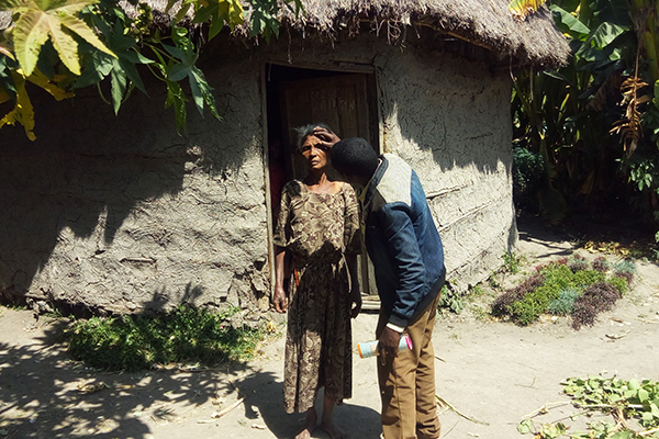 Alemayehu, a TT case finder, examines a woman during house-to-house case finding in Ethiopia