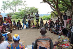 Discussing malnutrition in the shade of a mango tree. DFID. Attribution-ShareAlike 2.0 Generic (CC BY-SA 2.0)